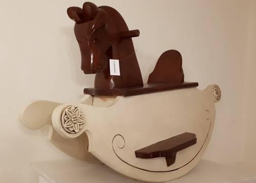 Cavallo a dondolo per bambini  legno noce base bianca