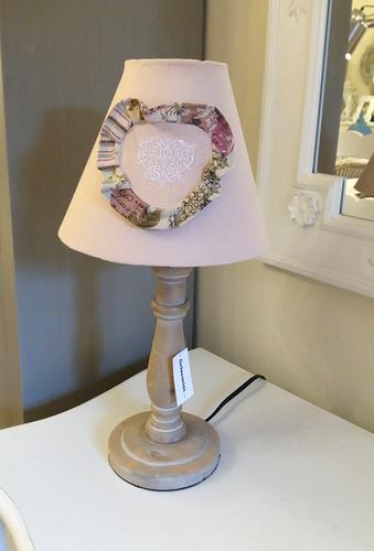 Lampada legno naturale paralume rosa con cuore