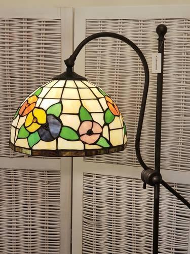 Lampada tiffany da terra paralume avorio e con fiori colorati
