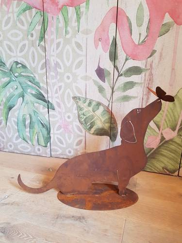 Sagoma cane bassotto seduto con farfalla ferro ruggine da giardino